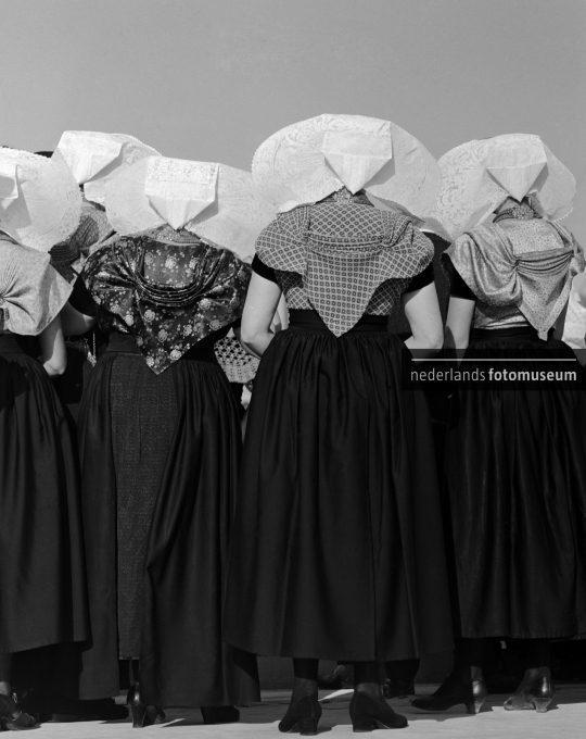 Vrouwen met protestantse klederdracht, Cas Oorthuys